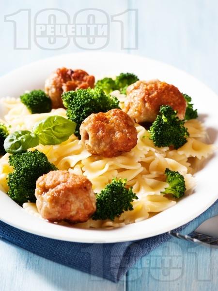 Паста (макарони или спагети) с броколи, кюфтенца от пилешка кайма и бял сметанов сос - снимка на рецептата
